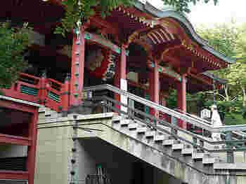 東京都目黒区下目黒にある、天台宗の寺院「瀧泉寺(りゅうせんじ)」。不動明王を本尊とし、開創は大同3年 (西暦808年)の歴史あるお寺です。「目黒不動尊」の通称で呼ばれており、関東最古の不動霊場であり、熊本県の木原不動尊、千葉県の成田不動尊と併せ、日本三大不動の一つでもあります。