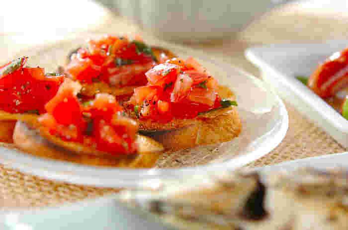 トマトとバジルを絡めてバゲットに乗せるだけで完成するこちらのレシピ。簡単なのに見た目華やか♪摘みたてのバジルの香りが引き立つ一品です。