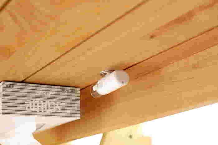 小さいお子さんがいらっしゃるご家庭では、子供の連絡帳チェックに使うシャチハタも頻繁に使いますよね。シャチハタも同じように、セリアのマグネットを付けてテーブル下に収納しておくと、必要な時にサッと取り出せて便利ですね◎。