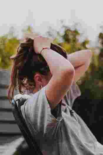 巻き肩になると、肩が本来の正しい位置ではなくなるため、肩周辺の血流が悪くなり強張りやすくなると言われています。