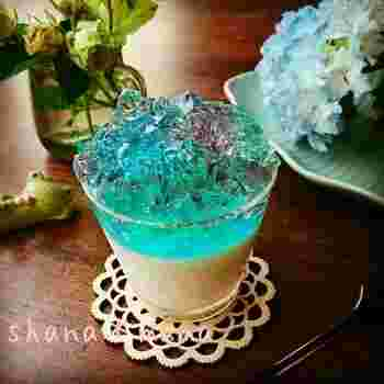 ヨーグルトプリンの上にのせた色鮮やかなゼリーがキレイなレシピ。ゼリーの色は、かき氷シロップの赤・青・緑を混ぜ合わせて作っています♪透明のゼリーものせることでキラキラ輝く印象に。