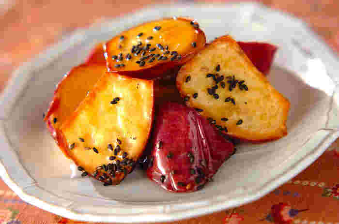 昔ながらの大学芋ですが、粉を使わずお子様でも安全に食べられるおやつです。家にある調味料でささっと作れるのも利点ですね。お弁当にも持っていける優秀なスイーツです。