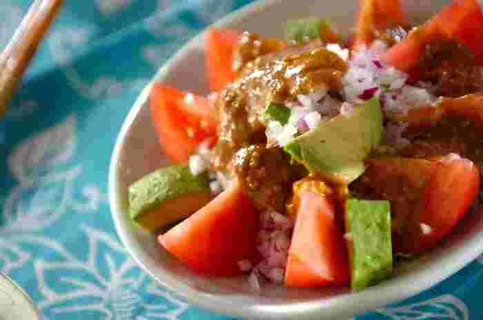 トマト、アボカド、そして紫たまねぎに、甘めのごまだれソースをたっぷりと。生野菜の味が引き立ち、彩りも鮮やかなので目にも美味しいレシピです。