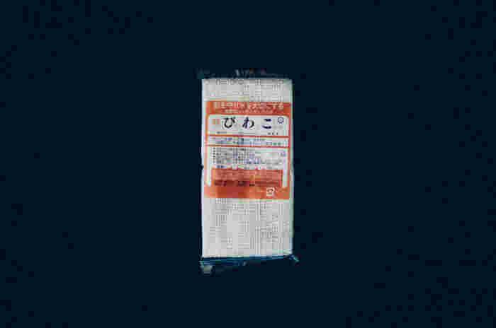 """琵琶湖の汚染が問題となった時、洗剤を使わずに洗いものができないかと考えて作られたのが、こちらのびわこふきんです。日本独自の紡績方法である""""ガラ紡""""という手法で織られたびわこふきんは、高い吸収性と吸油性で洗剤を使わずに洗いものができちゃいます。"""