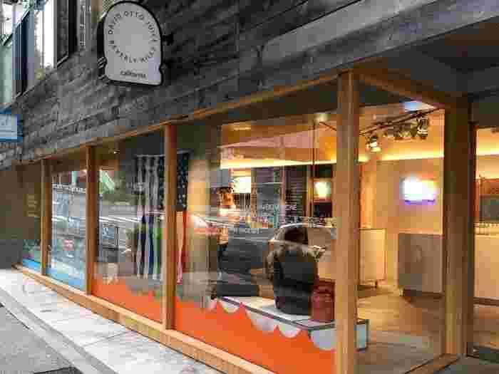 東京都渋谷区千駄ヶ谷、北参道駅から563m、徒歩約7分の距離にある、シックな外観が素敵なオーガニックアイスクリームショップ「KIPPY'S COCO-CREAM(キッピーズ ココクリーム) 千駄ヶ谷店」。