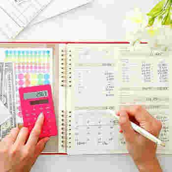 溜めてしまうと後で面倒な家計簿は、その日のうちに付けておくのが一番ですよね。ひとりの時間ができた隙に、ささっと片づけてしまうのが正解と言えそう。