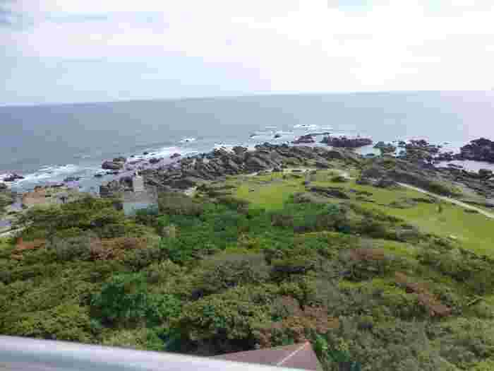 高さ24メートルの灯台は、内部が螺旋階段になっていて誰でも展望台に上ることができます。水平線まで見渡せる絶景は、息をのむほどの美しさ。