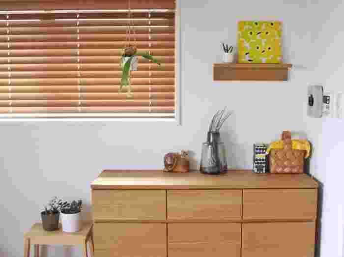 小さなカゴには黄色い布をかけてアクセントに。上の棚に置かれた黄色いマリメッコのファブリックボードとリンクしていてとても素敵ですね。