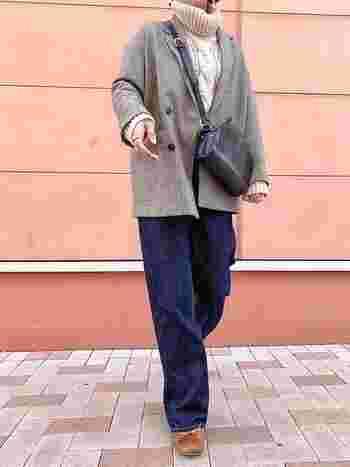 インナーにタートルネックを仕込めば、柔らかで冬らしいスタイルに。ゆったりとしたラインのテーラードジャケットは、ニットと良く似合う組み合わせ♪