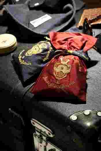 ブランドロゴの刺繍を施したポプリ入りのシルクサシェは、クローゼットやトランクにも使用でき、大切な方への贈り物にもぜひおすすめです。