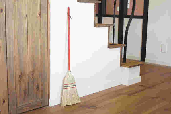 ドイツの老舗、REDECKERの「ホウキ」は、お部屋や玄関先にちょこんと置いてもさまになる可愛らしさ。職人の手仕事で作られた質感は、温かみがあり、使えば使うほど愛着が沸いてきます。