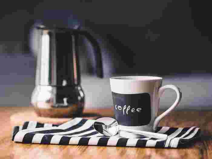 食後やホッと一息つきたい時に飲みたくなるコーヒーや紅茶。ただ、飲みすぎには注意が必要です。コーヒーや紅茶などには利尿作用があるため、必要な水分まで尿として排出してしまうことも。常温のお水や白湯、ノンカフェインのハーブティなどから水分を補給すると良いでしょう。