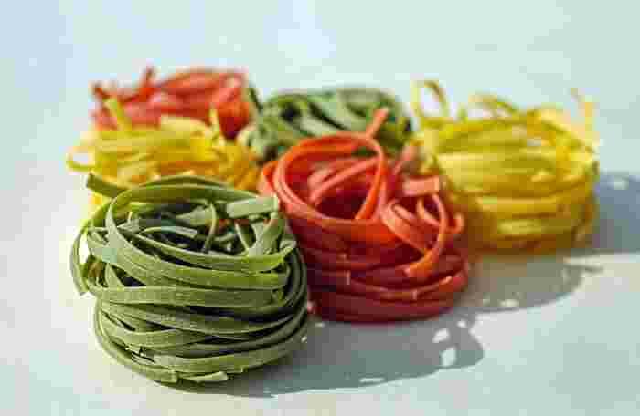 幅が4mm~8mm前後の平たいパスタで、イタリア語で『切る』という意味の「タリアーレ/tagliare」、『薄切り』という意味の「フェッタ/fetta」から派生したのだとか。ホウレン草ヤトマトなどをねり込んだ色付きのタイプもかわいらしいですよね。