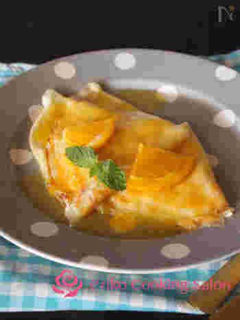 クレープをオレンジソースで煮て、最後にオレンジとコアントローまたはグランマニエを入れてフランベします。