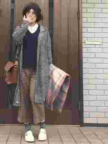 シャツにセーター、チェックのストール、ベレー帽とよくあるトラッドな組み合わせですが、7分丈で靴下を見せているのがおしゃれ。落ち着いた色でまとめられています。