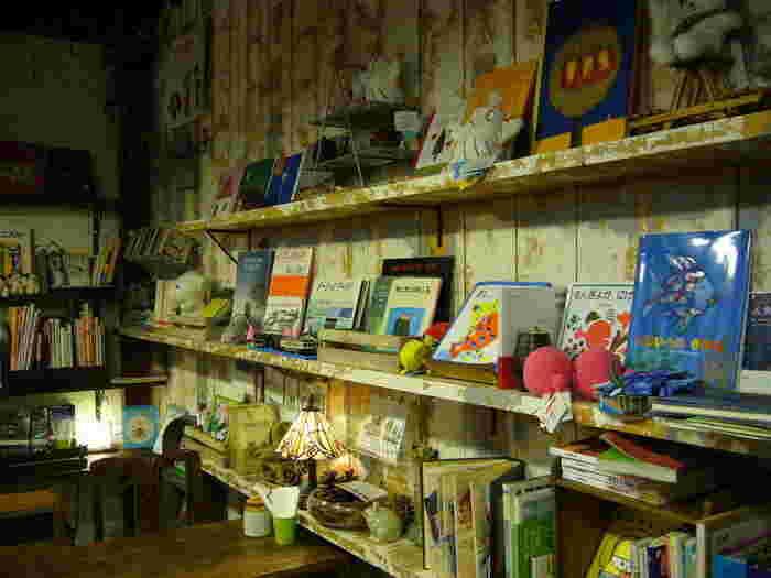 ここ『ペンネンネネム』は、世界各国の様々な絵本が所狭しと集められているカフェです。もちろん、読んで楽しむことも出来ます。
