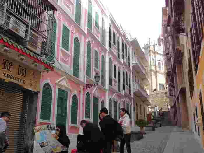 セナド広場の北に位置する「戀愛巷」は、ピンクやクリーム色の建物が並ぶ小さな路地です。絵になるスポットなので、地元のカップルや観光客がよく写真撮影に訪れるのだそう。また建物の隙間からは、人気観光スポットの「聖ポール天主堂跡」を見ることもできますよ。
