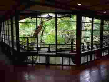 創業360年の老舗「湯回廊 菊屋」。宿の中には回廊があり、中庭を眺めて四季を楽しむことができます。クラシカルな雰囲気がとても素敵です。  夏目漱石も愛したという、歴史ある長廊下。浴衣で湯めぐりを楽しみたいですね。