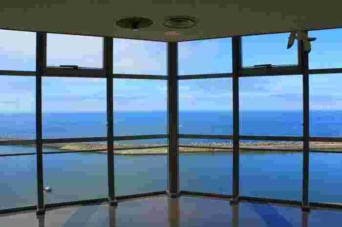 地上から43.05mにある展望ロビーからは漁船が行き交う姿や、水揚げ風景など活気ある港の様子を見ることができます。晴れた日は、青い空と海の爽やかなグラデーションをゆっくり眺めるのも気持ち良いですよ。