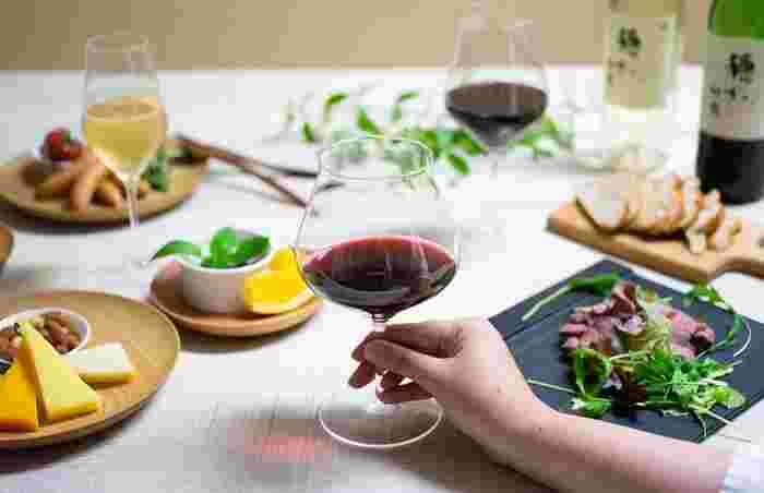 ワイングラスと一口に言っても、その種類はいくつかあります。縦に長く、泡を楽しむフルートグラス。ボウルが膨らんで、香りが楽しめる赤ワイン向きのグラス。中くらいの膨らみで、温まりにくい白ワイン向きのグラスです。好みのワインに合わせてグラスのデザインも変わってきます。