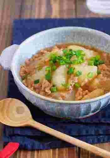 お鍋で材料をコトコト煮るだけの、甘辛味のそぼろあん。大根を茹でておけば、さらにとろりと味わい深く。白いごはんに乗せたら、身体あたたまる美味しい中華丼の完成です。
