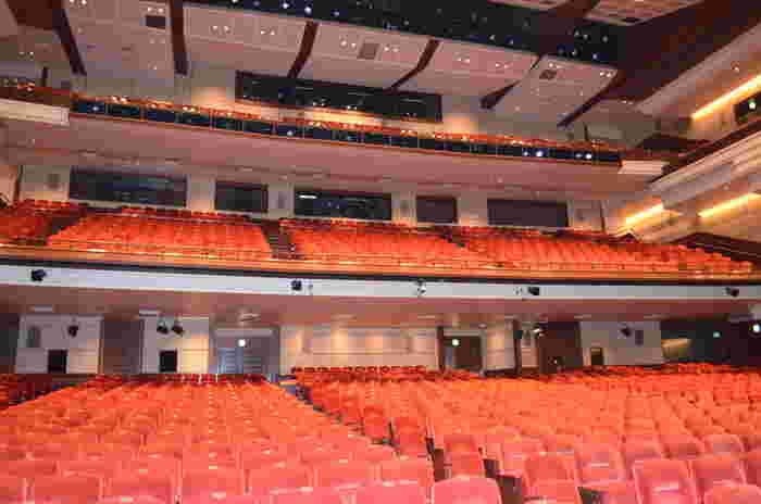 国内各地に劇場も増えミュージカルや宝塚、歌舞伎など、舞台を観ることが身近になった日本。ミュージカル俳優さんがテレビ出演したり、テレビ映画で活躍している俳優さんがが舞台デビューしたりと、「舞台・演劇」に注目が集まっています。  生で繰り広げられる舞台は、心を豊かにし、本物の芸術を体感できる唯一無二のエンターテイメント。お子さんと一緒に観劇したいという方も多いのではないでしょうか。  ただ舞台観劇を楽しむためには、いくつかのマナーがあります。マナーを守って観劇することで、劇場空間全体の雰囲気が良くなり、役者さんと観客が一体となる感動的な体験ができますよ。それでは早速、親子観劇が上手くいくポイントやマナーを見ていきましょう。