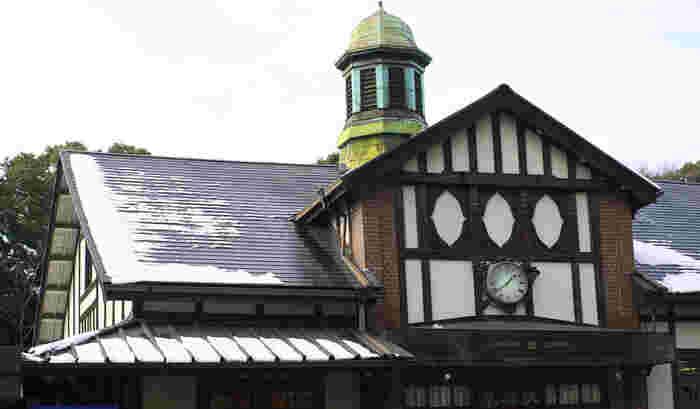 1924(大正13)年竣工の原宿駅は、都内最古の駅舎。2020年のオリンピック開催を前に新しい駅舎の建設が決まっているそうですが、取り壊されることなく、移築・復元先が決まるといいな、と思っているのは筆者だけではないはず…。