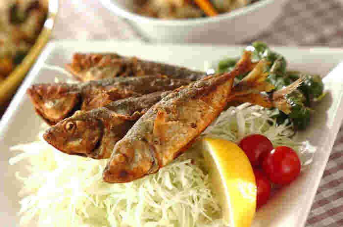 魚を唐揚げにするのであれば、小アジなどやや小さめの魚を丸ごと唐揚げにするのがおすすめ。骨まで丸ごと唐揚げにするので、カルシウムなど栄養たっぷりのままいただけますよ。