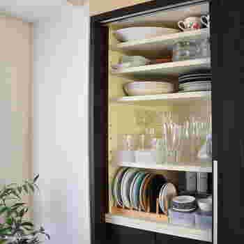 食器棚に無駄な空間はありませんか? 仕切り棚や整理ボックスを使って空間を仕切れば、デッドスペースを有効活用することができます。取り出しにくい奥にある食器の出し入れもスムーズに。