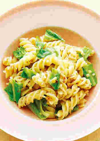 ビタミンEたっぷりでカリカリ食感のローストアーモンドがアクセントになった、春キャベツパスタ。らせん状のパスタ・フジッリに、ミルクソースがよくからんで風味豊かです。