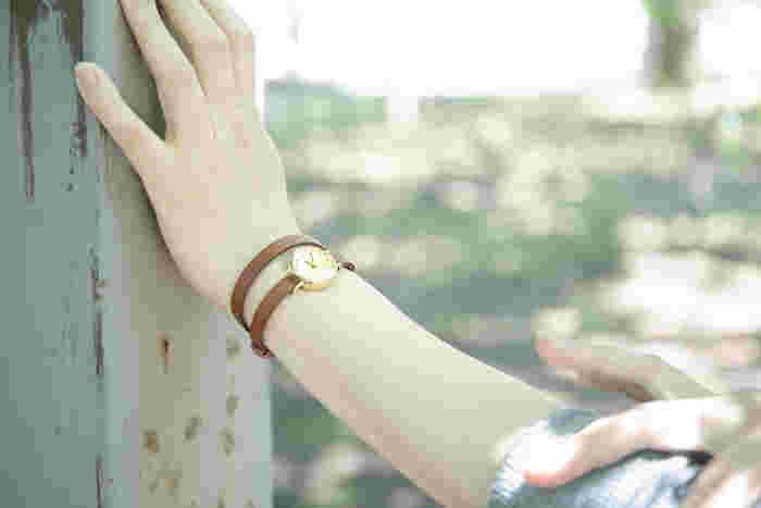 日々の時間を刻んでゆく、腕時計。 ふと、腕時計に目を向けるとき、あなたは何を思いますか…。  せっかく毎日つけるのならば、目まぐるしい時間よりも、素敵に時を刻んでくれるような、お気に入りの一本を選んでみませんか? アクセサリーのように身につけられる、素敵な腕時計をご紹介します。