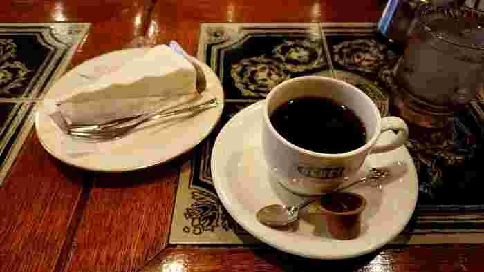 数種類のケーキから選べる「ケーキセット」やサンドウィットセットなどのメニューも揃っていて、モーニング以外にも利用したくなる喫茶店です。