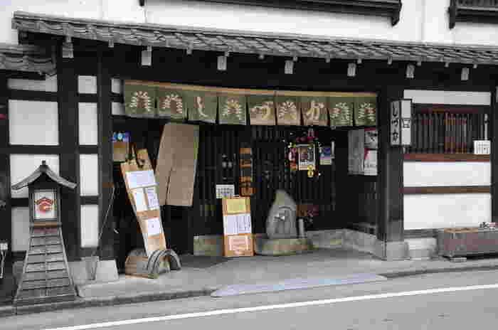 松本城からほど近い位置にある居酒屋さん。古風な店構えで、しっぽりと食事を楽しめそう。