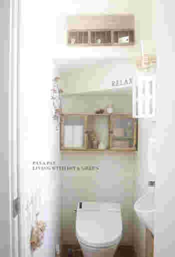 小さな棚を取り付けて。ドライフラワーなども飾ってナチュラル可愛いトイレに。
