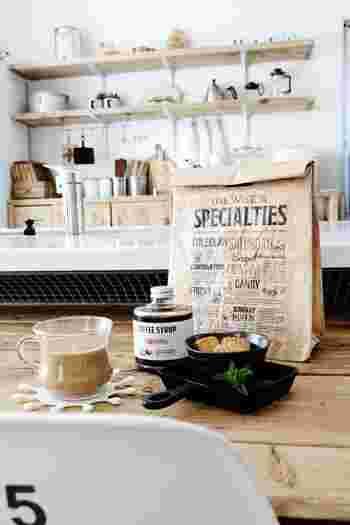キッチン周りに散らかりやすいスナックや乾物など、どうしてもキッチンで統一感の出せないものは、おしゃれなクラフトバックへ。