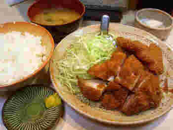 「生姜焼き定食」や「とり丼定食」もありますが、オススメは断然!揚げ物の定食。一番人気は、チキンカツやハムカツ、メンチカツ等から好みを選ぶ「組み合わせ定食」です。 【画像は、とりかつチキン、ハムかつ、コロッケの3品定食。】