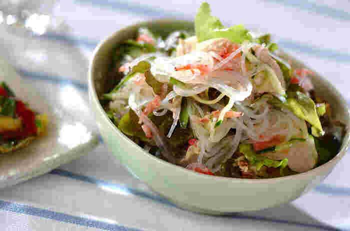 ナンプラーベースのエキゾチックな味わいの春雨サラダです。旨みを凝縮した干しエビがたっぷり入って、色味もきれいに仕上がっています。