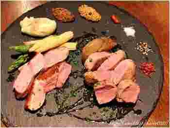 気楽な雰囲気ながら、シェフが生み出す料理はフォアグラやトリュフなどの高級食材や珍しいシビエを使った本格派です。 アットホームであたたかいおもてなしも嬉しい満足度の高いnanoru namonaiへ、ぜひ一度足を運んでみてはいかがでしょうか。