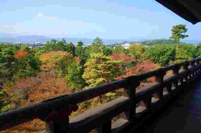 楼上には上がることが出来ます。眺望が抜群ですので、時間があるのなら、ぜひ上ってみましょう。【11月初旬の三門楼上】