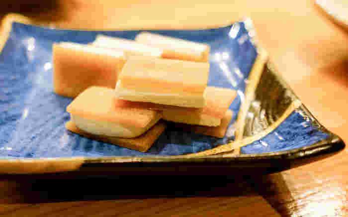 ニッキがほのかに香る八ツ橋にマスカルポーネをサンドした「チーズ八つ橋」は、大人の女性に人気の1品。おでんと日本酒、おつまみ…と、満足できること間違いなしのお店です。