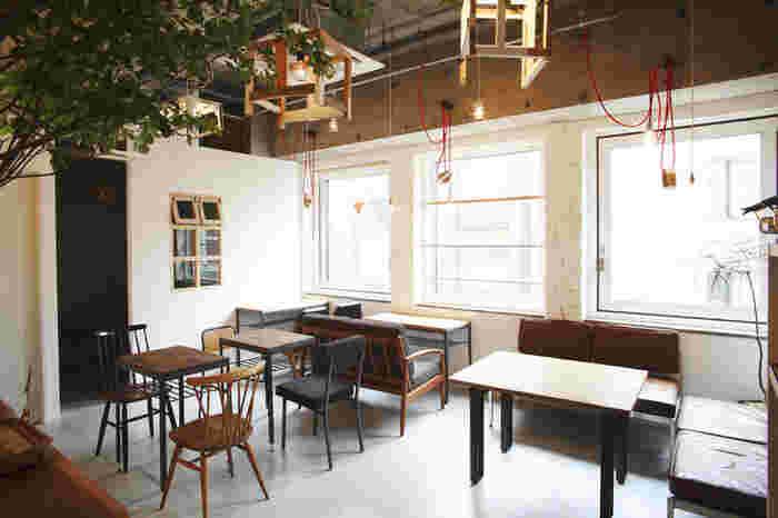 こちらの「カフェウォール」は、Table inc.(テーブルインク)が新宿で展開する4つのお洒落なカフェのうちの一つです。白い壁とぬくもり感溢れるインテリアが、とても可愛らしい雰囲気を作っています。