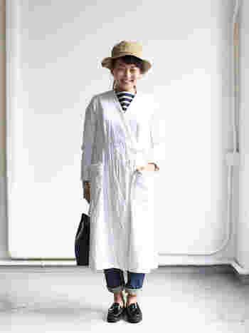 YAECAのカシュクールコート。 ハリのあるコットン素材がナチュラルな雰囲気です。 フロントはカシュクールデザインで、リボンがかわいらしいワンポイントに。