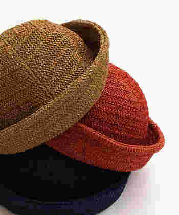 程よいハリ感のある帽子は、ナイロンとレーヨンの混紡素材で編み込まれています。中性的なデザイン、カラーは、デニムにもスカートにもよく似合います。