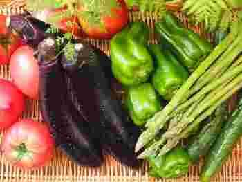 野菜は、旬のものが一番栄養価が高く、その季節に体が欲するものが多く含まれているそうです。夏野菜は水分たっぷりみずみずしいものがいっぱい! 暑い夏こそみずみずしい夏野菜を♪