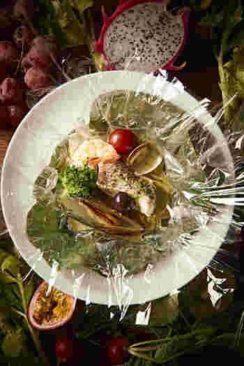 「魚介の包み焼」は、ディナーの人気メニュー「スペシャルシーフードプレート」を、お一人様向けにアレンジしたお料理です。
