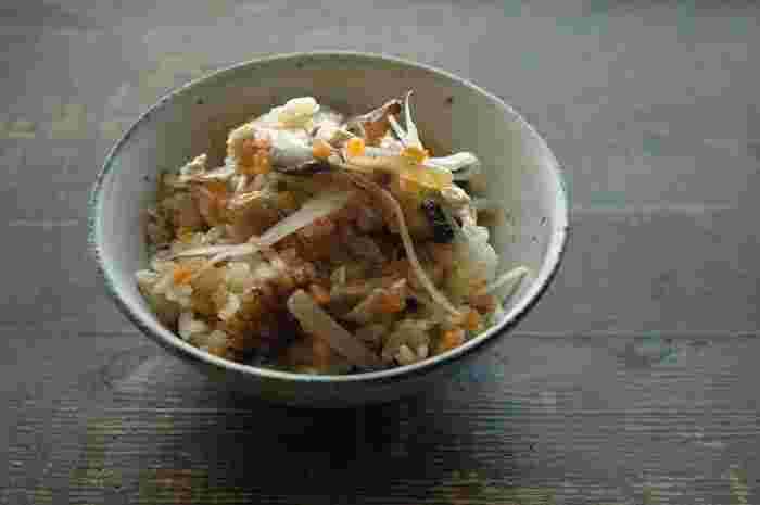 野菜の濃縮した旨みがご飯にしみ出した、五目ごはんのレシピです。炊き込みご飯のポイントは、最初にしっかりごはんの水気をとっておくことですよ。