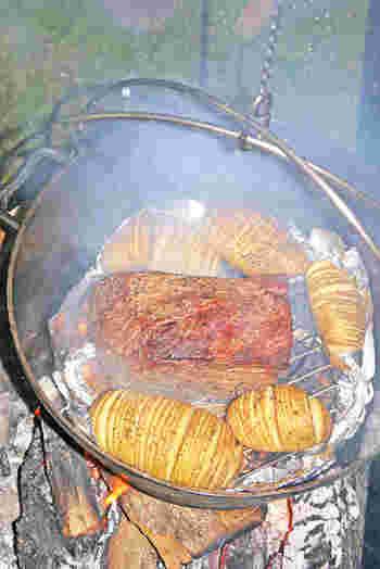 アウトドアの楽しみ、ダッチオーブン料理。ローストビーフなどといっしょにハッセルバックポテトを焼くのもぜひオススメ!野外ならではの豪快な味を満喫できます♪