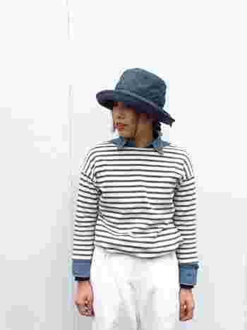 デニムシャツの上からボーダーのプルオーバーをON。衿とカフス部分も外に出して、デニムブルーを差し色として効かせます。
