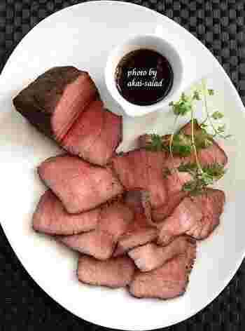 土鍋の保温性を利用し、やんわりと熱を通します。ほんのりピンク色のローストビーフの出来あがり。