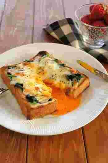 具材たっぷりのトーストは、食べごたえ抜群。こちらは、お子様も喜ぶカルボナーラ風トースト。  茹でたホウレン草とベーコンを、食パンにドーナツ状にのせて、真ん中に卵を落とします。チーズをたっぷりかけたら、チーズトーストモードで焼き上げて完成です。とろとろ卵がたまりません!